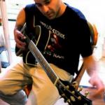 """""""siyah tişört giyen adam gitar çalıyor."""""""