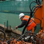 """""""turuncu güvenlik yeleği giyen yapı işçisi yolda çalışıyor."""""""