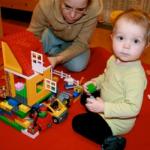 """iki genç kız lego oyuncağı ile oynuyor."""""""